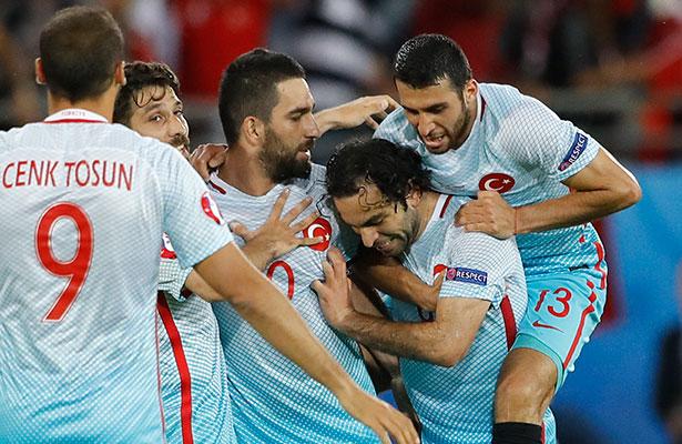 Futbol: Turquía ganó y esperará un milagro para calificar