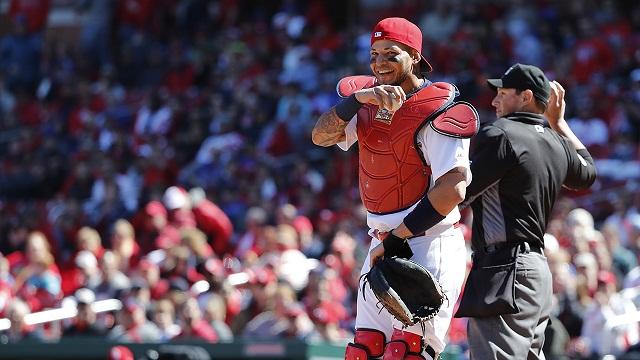 Beisbol, MLB: Descartan violación a las reglas en extraña jugada de Yadier Molina