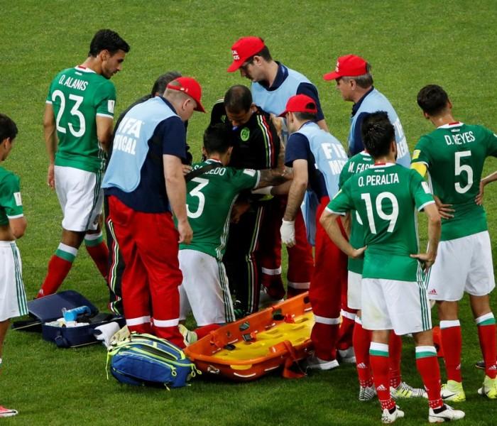 Fútbol: Selección Mexicana sufre las bajas de Moreno y de Salcedo
