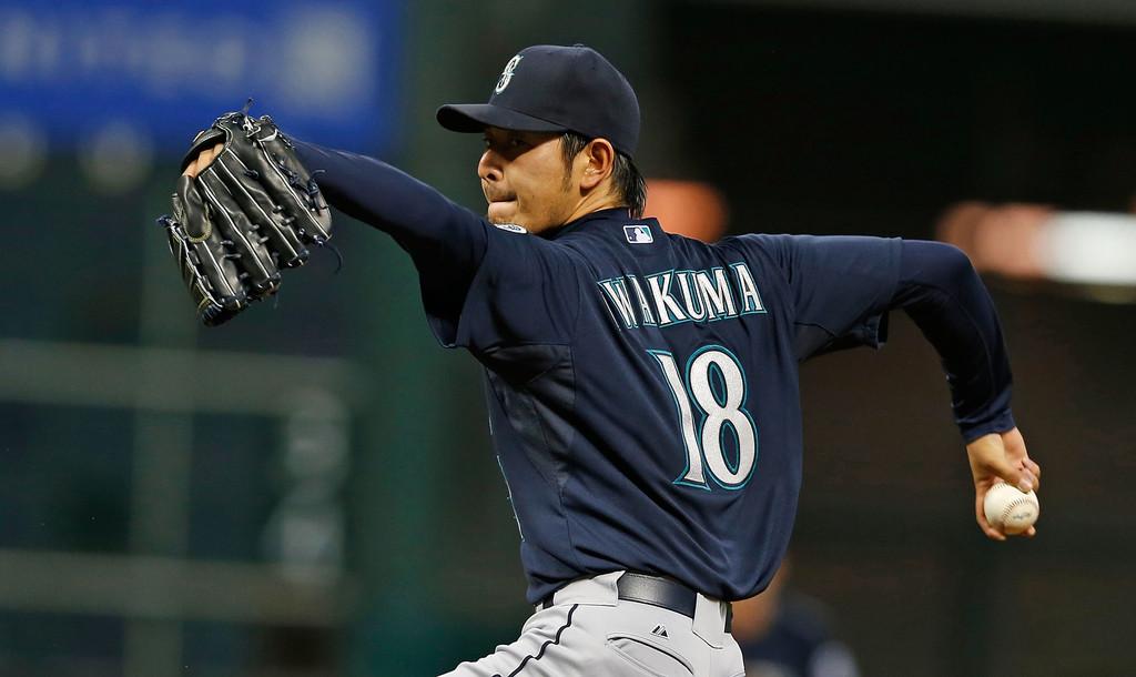 Hisashi Iwakuma se queda en Seattle