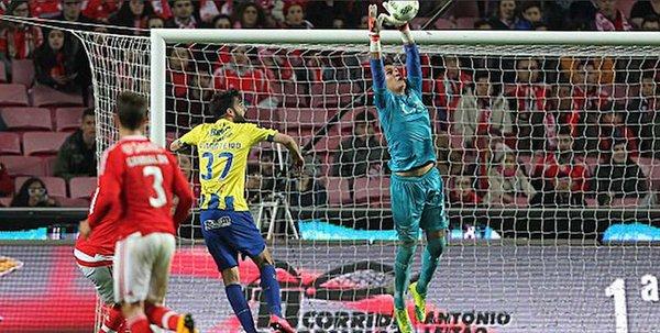 Futbol: Benfica le propina su primera derrota a Gudiño en la Liga Portuguesa