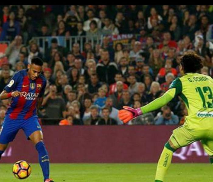 Futbol: Ochoa se luce ante el Barcelona, Granada sigue perdiendo