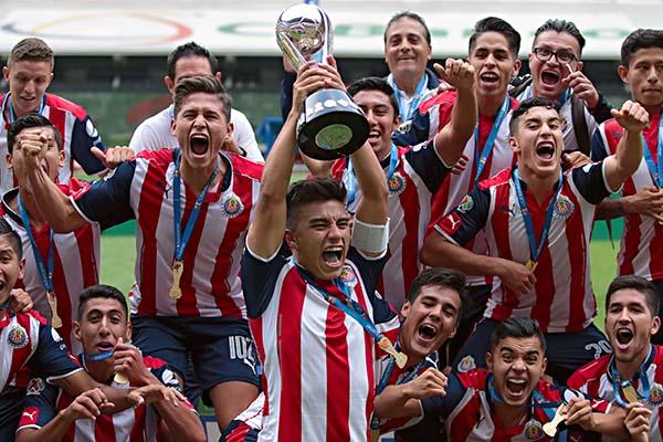 Fútbol: Ante América y con 10 hombres, Chivas se corona en Sub 20
