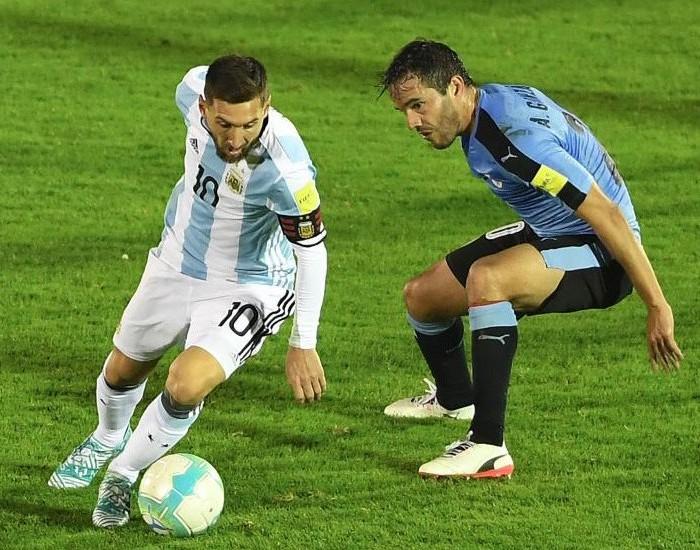 Fútbol: Argentina no sale de zona de repechaje al empatar ante Uruguay