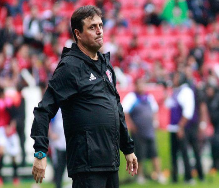 Fútbol: Hoyos deja su cargo como técnico del Atlas