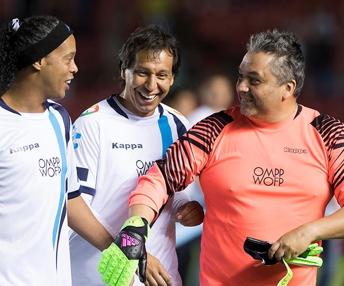 Futbol: Ronaldinho y sus amigos ganan en partido por La Paz