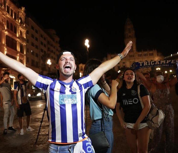 Porto: Aficionados celebran en las calles en medio de la contingencia por el Covid-19