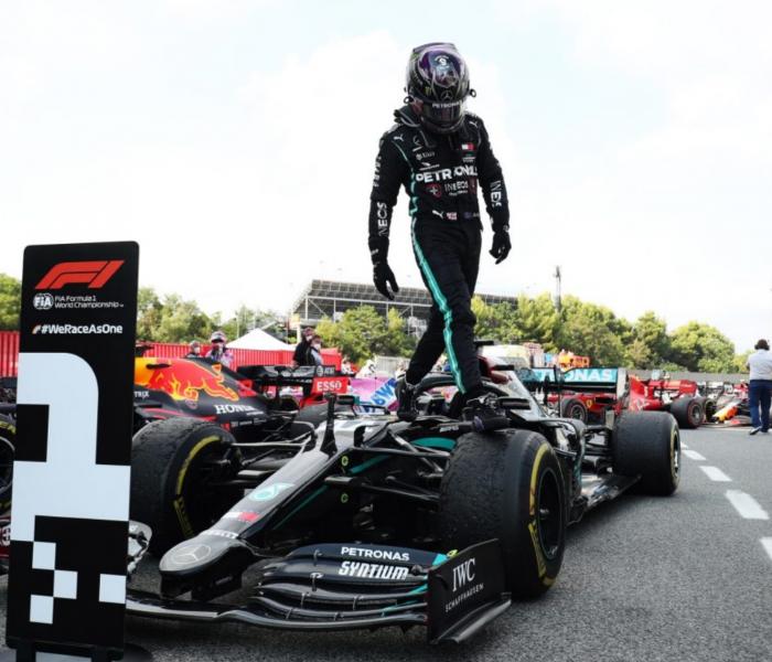 Lewis Hamilton se lleva el GP de España y gran carrera de Sergio Pérez