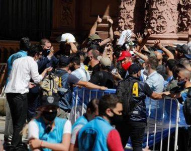 Trasladan el cuerpo de Maradona tras disturbios en Casa Rosada