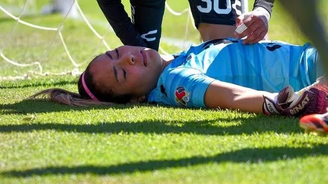 Portera de Santos pierde el conocimiento tras fuerte golpe durante partido